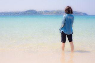 水の体の横に立っている人の写真・画像素材[1357869]