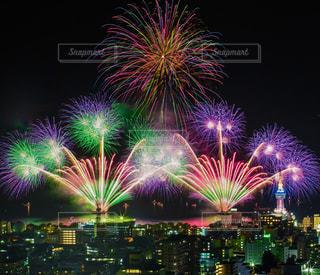 空に花火のグループの写真・画像素材[1397255]