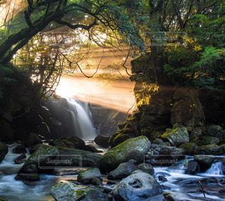 いくつかの水の上の大きな滝の写真・画像素材[1448305]