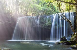 いくつかの水の上の大きな滝の写真・画像素材[1448319]