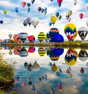 空に凧の飛行の人々 のグループの写真・画像素材[1589467]
