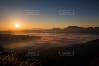 水の体に沈む夕日の写真・画像素材[1598530]