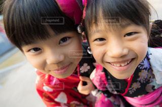 近くに少年と少女、カメラ目線のアップの写真・画像素材[1598551]