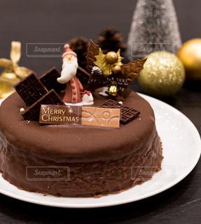 皿の上の大きなチョコレート ケーキの写真・画像素材[1667547]