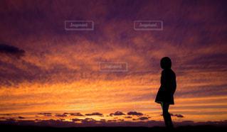 日没の前に立っている人の写真・画像素材[1871865]