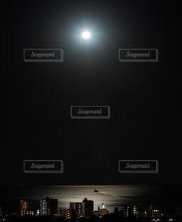 夜のライトアップされた街の写真・画像素材[1871931]