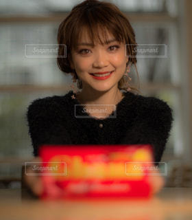ケーキの前にいる人のクローズアップの写真・画像素材[2938536]