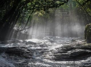 水の体の上に大きな滝の写真・画像素材[3527688]