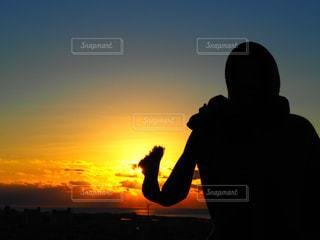 日の出を眺める人の写真・画像素材[2132287]