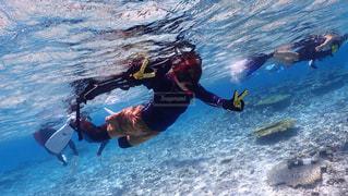 水の体のサーフィン ボードに乗る人の写真・画像素材[1385935]