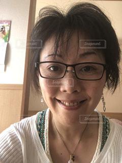 メガネをかけて、カメラで笑顔の人の写真・画像素材[1140733]