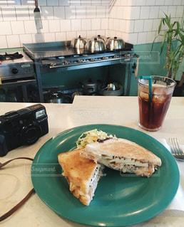 テーブルの上に食べ物のプレートの写真・画像素材[1153329]