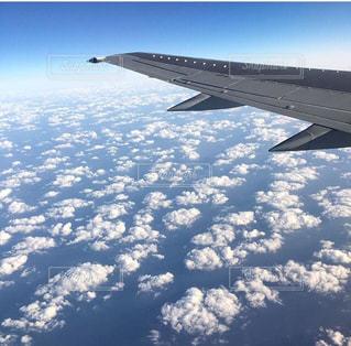 空を飛んでいる飛行機の写真・画像素材[1137973]