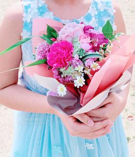 青いドレスの少女の写真・画像素材[1993611]