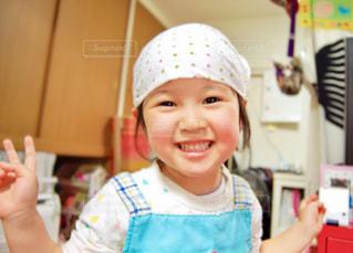 エプロンしてキッチンでお手伝いの写真・画像素材[2334368]