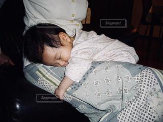 ママのお膝で眠る赤ちゃん。 - No.1148443