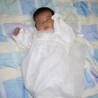 ベッドの上で眠る赤ちゃん。 - No.1148454