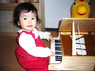 ミニピアノを弾く女の子の写真・画像素材[1161153]