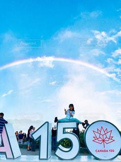 ナイアガラの虹と女の子の写真・画像素材[1163384]