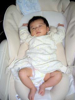 赤ちゃんのベッドの上で横になっています。の写真・画像素材[1169531]