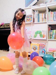 誕生日の風船と女の子の写真・画像素材[1169553]