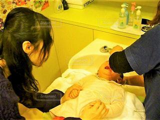 子ども,手,子供,女の子,人,赤ちゃん,母,泣く,シャンプー,ママ,母と子,美容院,お母さん,散髪,洗髪