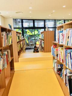 図書館で本を読む女の子の写真・画像素材[1198676]