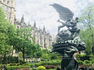 マンハッタンの大聖堂と公園の像の写真・画像素材[1200481]