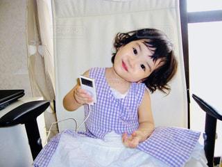風景,お部屋,白,チェック,紫,部屋,室内,窓,子供,女の子,楽しい,椅子,窓辺,笑顔,音楽,幼児,iPod,フォトジェニック,電子機器,インスタ映え,音楽鑑賞