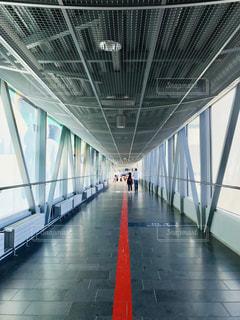 ヘルシンキ空港の通路を歩く親子の写真・画像素材[1251290]