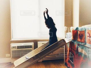 風景,ニューヨーク,白,バンザイ,部屋,窓,アメリカ,景色,日差し,子供,女の子,光,遊ぶ,滑り台,マンハッタン,のんびり,ベッド,フォトジェニック,インスタ映え,ロールスクリーン