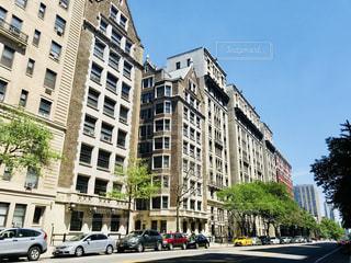 青空とマンハッタン住宅街の通りの写真・画像素材[1258391]