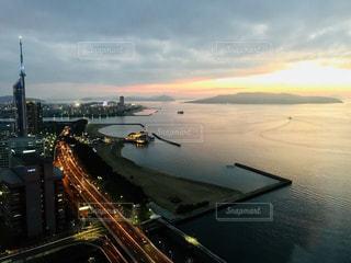 夕暮れ時の福岡タワーの写真・画像素材[1258601]