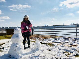 雪だるまと女の子と対岸のマンハッタンの写真・画像素材[1260046]