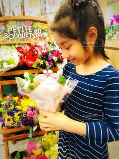 花束を持つ女の子の写真・画像素材[1261594]