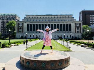 コロンビア大学でポーズする女の子の写真・画像素材[1261618]