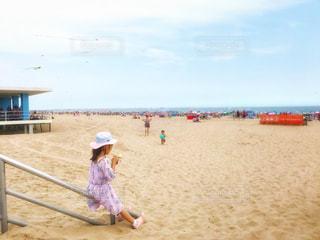 砂浜でアイスの写真・画像素材[1284498]