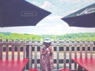 眺めの良い場所でソフトクリームを食べるの写真・画像素材[1345231]