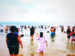 波に誘われての写真・画像素材[1351045]