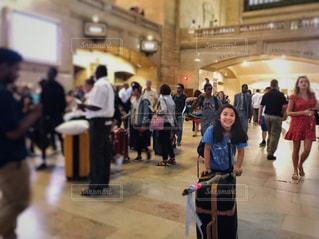 駅構内でスーツケースを押す女の子の写真・画像素材[1390853]