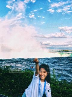 ナイアガラの滝の前でポーズ!の写真・画像素材[1394906]