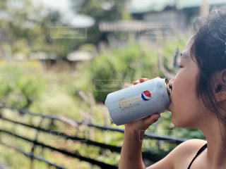 NEW YORKロゴ入りダイエットペプシを飲む女の子の写真・画像素材[1419554]