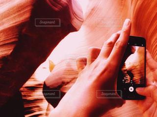 アンテロープキャニオン内を撮影する男性の写真・画像素材[1431854]