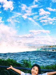 ナイアガラの滝と虹と女の子の写真・画像素材[1449499]
