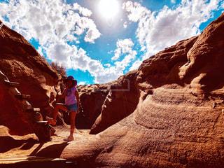 アンテロープキャニオンの日差しの下の女の子の写真・画像素材[1449542]