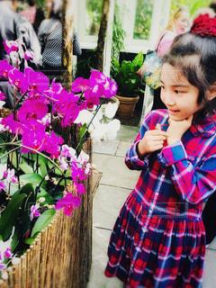 花と虫を怖がる女の子の写真・画像素材[1453972]
