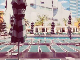 ホテル中庭のプールの写真・画像素材[1467865]