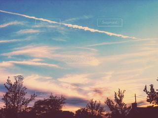 風景,空,秋,ニューヨーク,木,屋外,夕暮れ,夕方,アメリカ,景色,家,電柱,電線,屋根,飛行機雲,グラデーション,夕空,秋空,フォトジェニック,インスタ映え