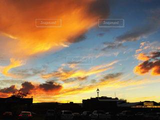 風景,空,建物,秋,屋外,雲,夕焼け,夕暮れ,車,駐車場,夕方,アメリカ,景色,オレンジ,観光,屋根,旅行,街灯,グラデーション,夕空,くもり,秋空,アリゾナ,フォトジェニック,初秋,インスタ映え