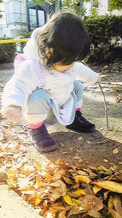 地面に落書きする女の子の写真・画像素材[1491916]